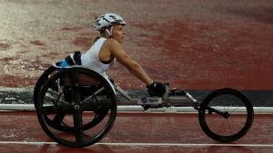 Amanda Kotaja i rullstol i London.