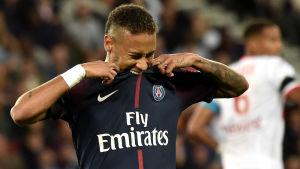 Neymar biter sin speltröja.