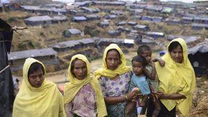 Monsunregn, virvelstormar och kolera hotar nu över 430 000 rohingyer som på kort tid har har flytt från Burma till Bangladesh