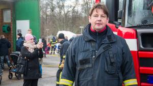 Tom Lindell iklädd brandmansutrustning.