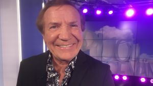 Laulaja Eino Grön poseeraa Puoli seitsemän studiossa