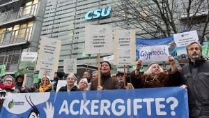 Aktivister protesterar utanför det kristdemokratiska partiet CSU:s högkvarter efter att minister Martin Schmidt (CSU) överraskande röstat för förlängt tillstånd för glyfosat i EU.