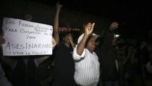 Oppositionsdemonstranter visar tacksamhet till poliser som vägrade lyda order om att kväsa protester med skyltar och slagord i Tegucigalpa.