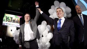 Samlingspartiets ordförande Petteri Orpo gratulerar borgmästarkandidaten Jan Vapaavuori på Samlingspartiets valvaka för kommunalvalet den 9 april 2017.