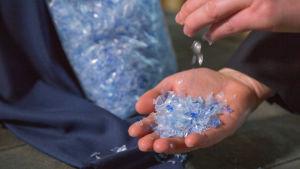 Käteen putoaa muovirouhetta, josta voi valmistaa vaatteita.