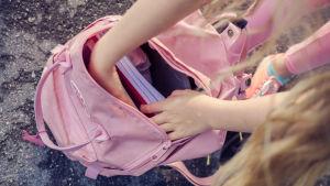 Skolelev granskar sin väska.