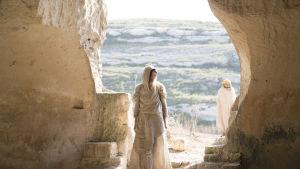 Maria Magdalena i öppningen till en vacker stenmur.