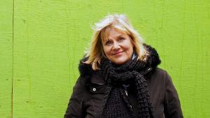 Terapeut Marjo Kandelin har skrivit en bok om hur sol och vårare agerar på sociala medier.