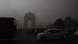 Trafiken i huvudstaden New Delhi försvårades av dålig sikt som orsakades av sandstormar och häftiga regn