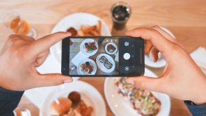 Bild av en telefon som tar en bild av ett bord med mat.