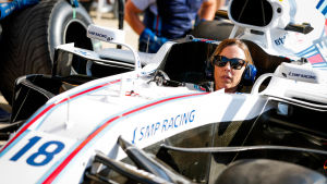 Claire Williams sitter i en f1-bil