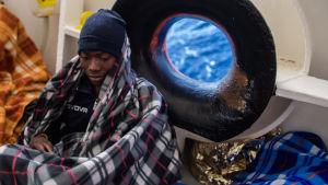 En flykting som har räddats ur Medelhavet