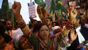 Nawaz Sharifs politiska supportrar firar Sharifs frigivning från fängelse. Karachi, Pakistan.