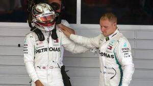 Lewis Hamilton tröstar Valtteri Bottas.