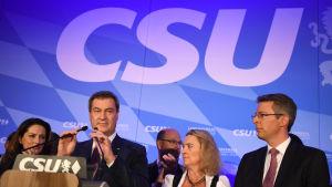 Tyska CSU-politiker ser sammanbitna ut efter ett dåligt val i Bayern, Tyskland.