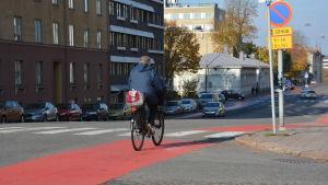 En man på en cykel