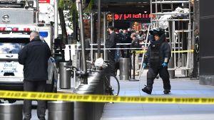 Bombtekniker utanför CNN:s kontor i New York på onsdagen.