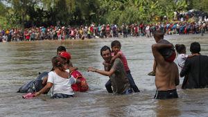 Honduraner i en andra större migrantkaravan vadade över floden Suchiate, från Guatemala till Mexiko på måndagen 29.10.