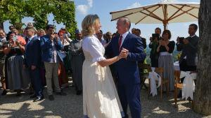 Österrikes utrikesminister Karin Kneissl väckte uppmärksamhet i augusti då hon bjudit in Rysslands president Vladimir Putin till sitt bröllop och de två dansade med varandra under festens gång.
