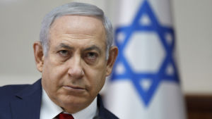 Benjamin Netanyahu framför en israelisk flagga