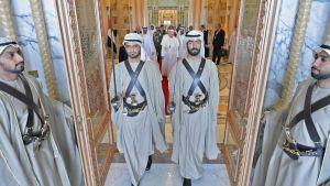 Påven Franciskus anländer tillsammans med Abu Dhabis kronprins Mohammed bin Zayed al-Nahyan under en välkomstceremoni i presidentpalatset i Abu Dhabi