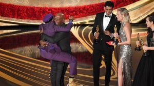 Spike Lee hoppar upp i famnen på Samuel L. Jackson då han vinner en Oscar.