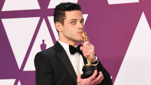 Rami Malek kysser sin Oscarsstatyett.