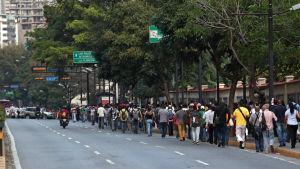 Människor promenerar på gatorna under elavbrott i Caracas, Venezuela, den 8 mars 2019.
