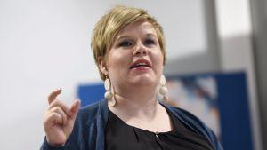 Omsorgsminister Annika Saarikko talar.