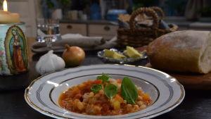 Annos Toscanalaista leipäkeittoa keittiössä