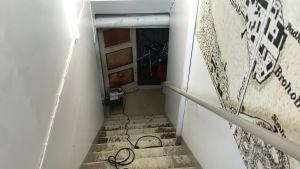 Bilden visar hur högt vattnet nådde på ett kontor efter vattenläckan på Helsingegatan.