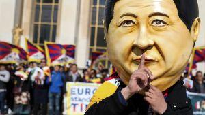 Tibetaner protesterar mot Kinas sätt att hantera de mänskliga rättigheterna.