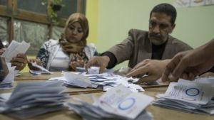 Oppositionen och oberoende observatörer ifrågasätter folkomröstningens trovärdighet och resultat