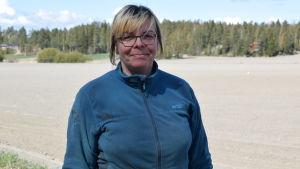 Lea Räisänen framför en våråker.