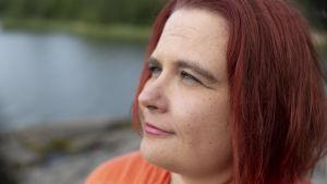 Sanna Kallio katsoo merelle