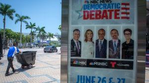 Affisch med debattledarna i Demokraternas första stora valdebatt.