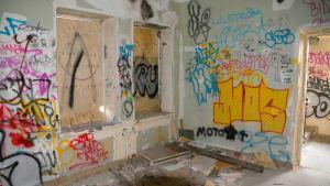 En vägg full med graffiti.