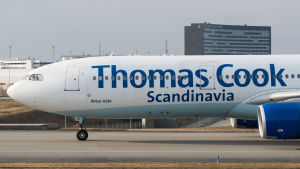 Thomas Cook Scandinavia-flygplan på Arlandas landningsbana.