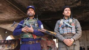 Beväpnade afghanska poliser bevakade en vallokal i Herat på lördagen.