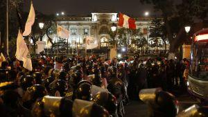 Polisen slog en ring runt kongressen då tusentals demonstranter samlades för att uttrycka sitt stöd för presidenten