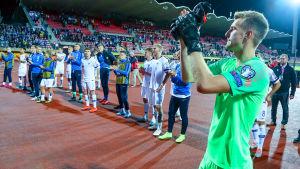 Lukas Hradecky tackar publiken med resten av landslaget.