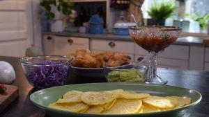 Tortillas med tillbehör på ett bord i ett kök