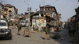 Tusentals indiska soldater och poliser kommenderades ut på öde gator i huvudstaden Srinagar och andra städer och byar i Kashmirdalen