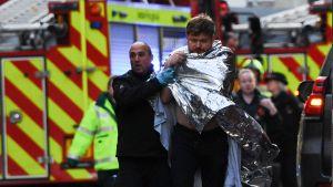 Polisen hjälpte en skadad man nära London Bridge på lördagen, efter att den misstänkte gärningsmannen dödats av polis.