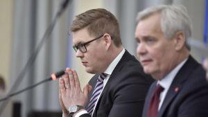 Regeringssonderaren Antti Rinne (SDP) under en presskonferens i riksdagen med  Antti Lindtman som är ordförande för Socialdemokraternas riksdagsgrupp.