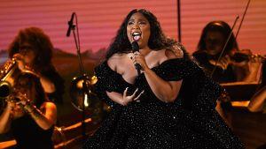Artisten Lizzo uppträder på Grammygalan 2020.