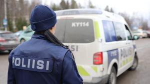 Anonyymi poliisi Kouvolan poliisilaitoksen pihalla.