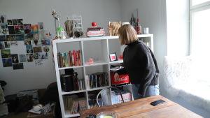 Fredrika Lindgren i sin lägenhet.