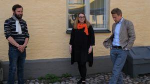 Litteraturvetare står vid en gul vägg vid Lappvikens sjukhus