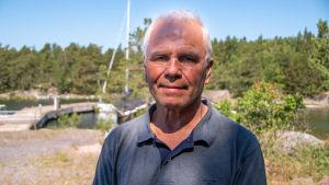 Jukka Hillo vid hamnen där det tidigare fanns en sjöbevakningsstation